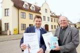 v.l. Zweiter Bürgermeister Florian Haupeltshofer und Autor Robert Hieber
